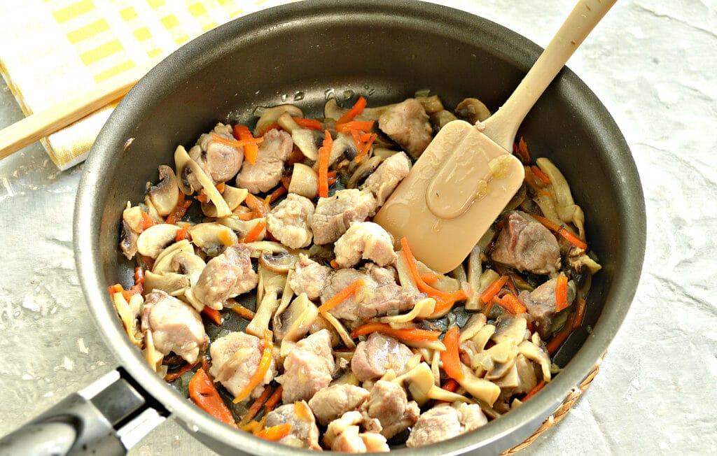 Фото рецепта - Гречка, тушеная со свининой и шампиньонами - шаг 4