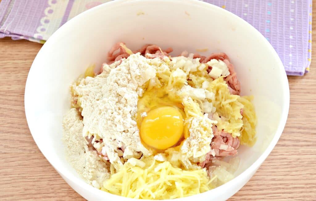 Фото рецепта - Нежные котлеты из свинины и картофеля - шаг 4