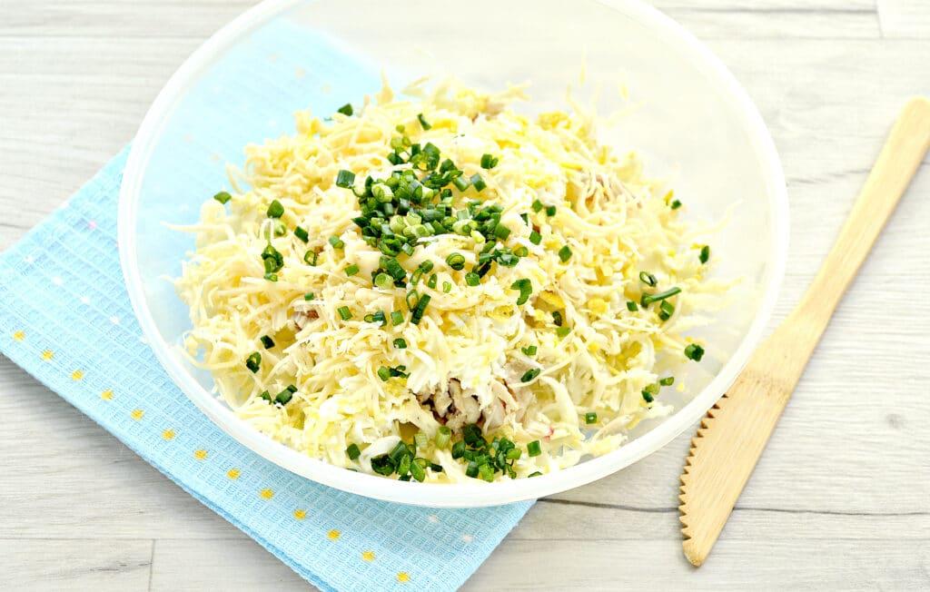 Фото рецепта - Куриный салат с сыром и капустой - шаг 5