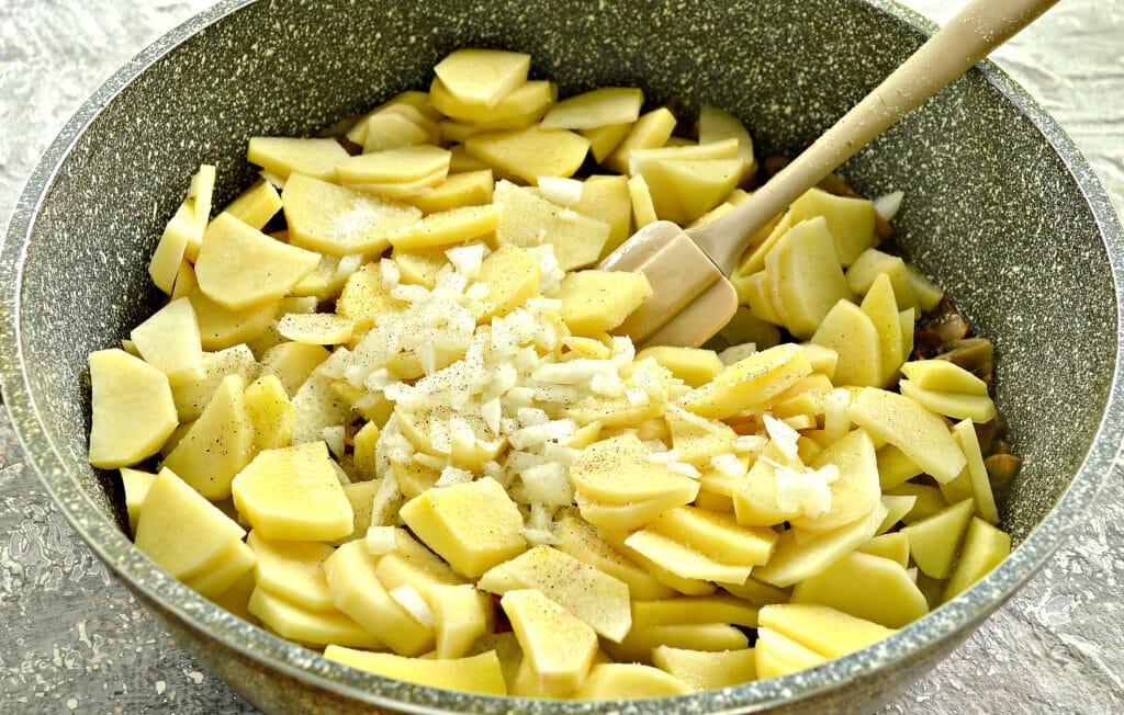 Фото рецепта - Картофель с беконом и грибами на сковороде - шаг 5