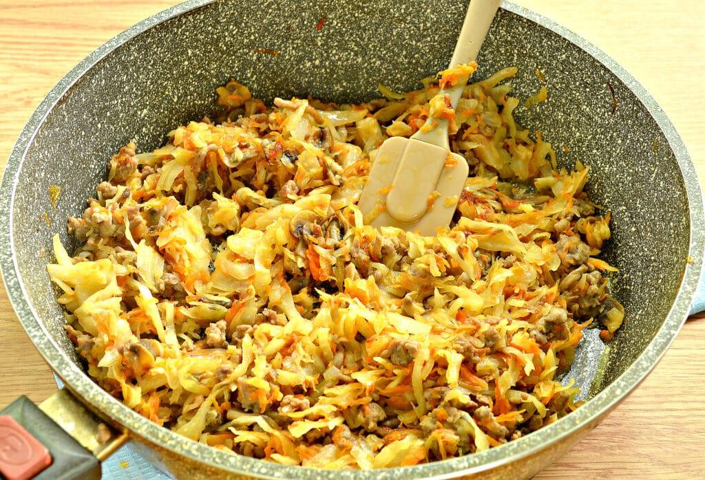 Фото рецепта - Тушеная капуста с фаршем и грибами (начинка для пирогов) - шаг 5