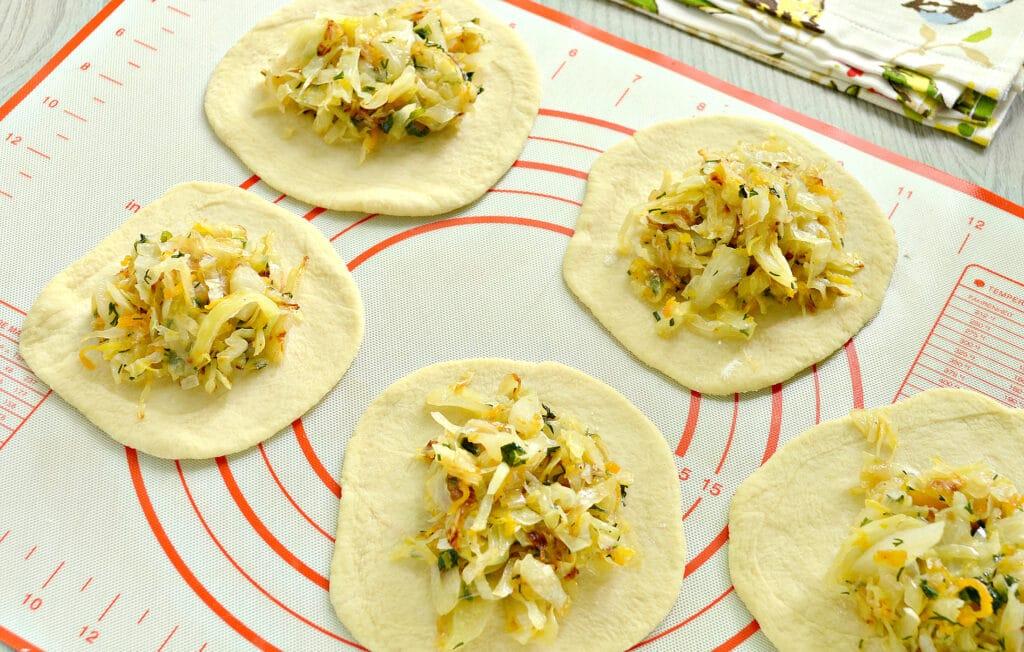 Фото рецепта - Пирожки с жареной капустой и зеленью - шаг 5