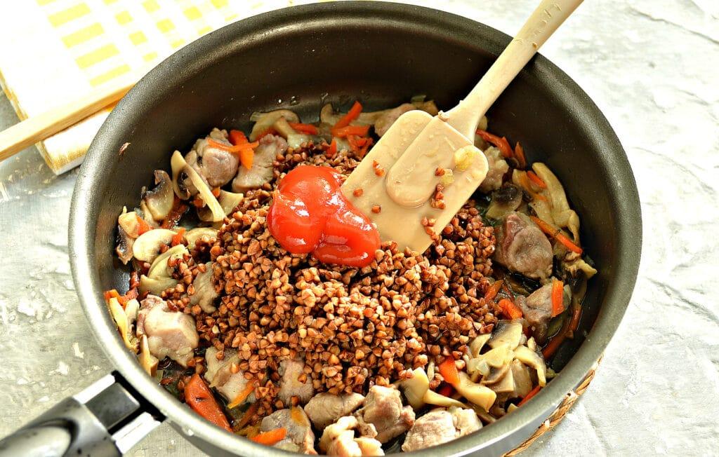 Фото рецепта - Гречка, тушеная со свининой и шампиньонами - шаг 5