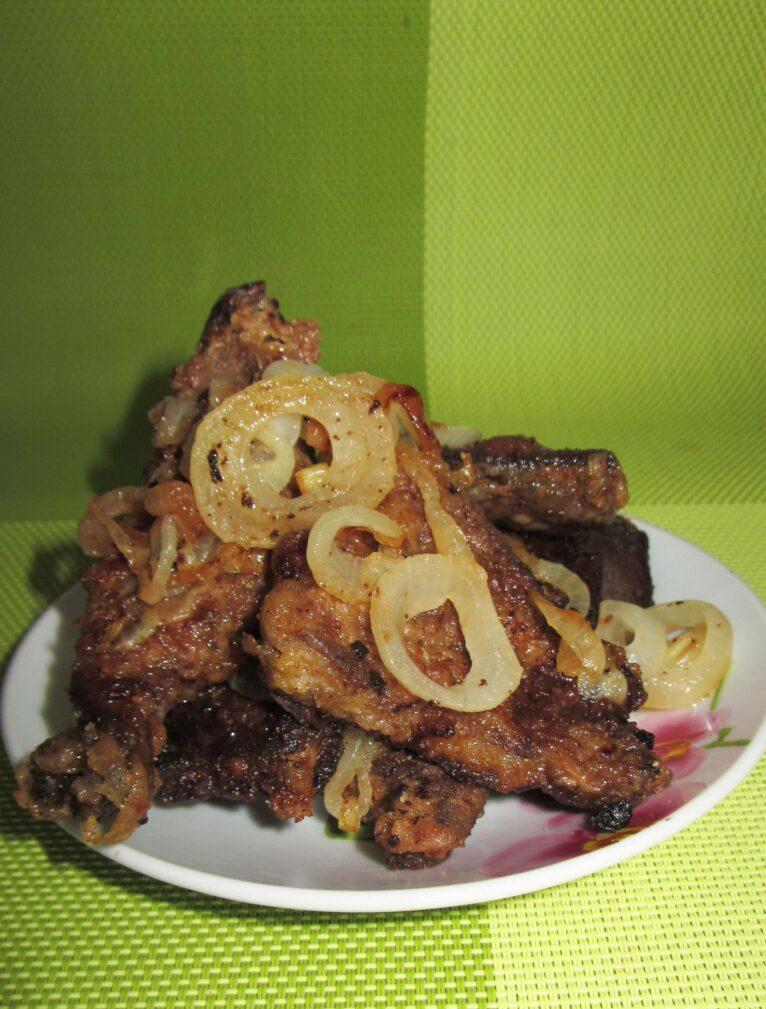 Фото рецепта - Жареная свиная печень с луком на сковороде - шаг 8