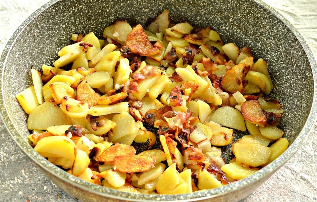Фото рецепта - Картофель с беконом и грибами на сковороде - шаг 6