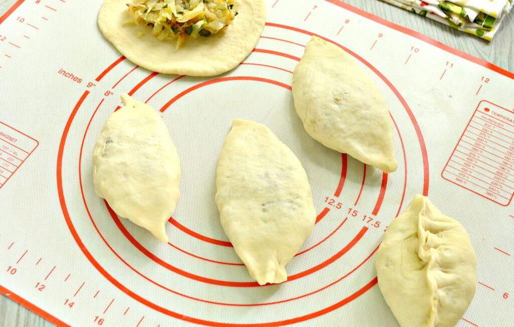 Фото рецепта - Пирожки с жареной капустой и зеленью - шаг 6