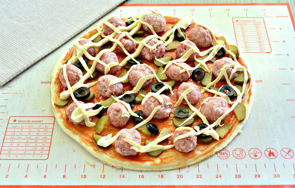 Фото рецепта - Пицца с фрикадельками - шаг 6