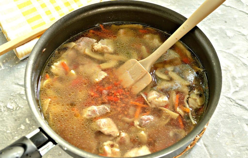 Фото рецепта - Гречка, тушеная со свининой и шампиньонами - шаг 6