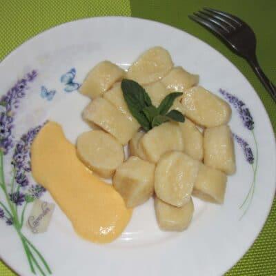 Ленивые вареники с творогом и тыквенным соусом - рецепт с фото