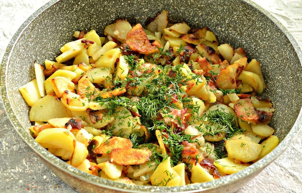 Фото рецепта - Картофель с беконом и грибами на сковороде - шаг 7