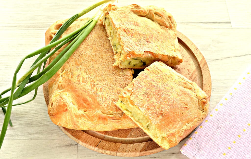 Фото рецепта - Слоеный бездрожжевой пирог с картошкой и зеленым луком - шаг 7