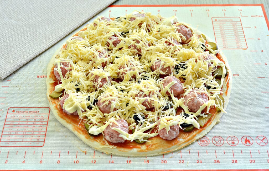 Фото рецепта - Пицца с фрикадельками - шаг 7