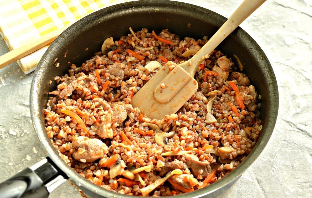 Фото рецепта - Гречка, тушеная со свининой и шампиньонами - шаг 7