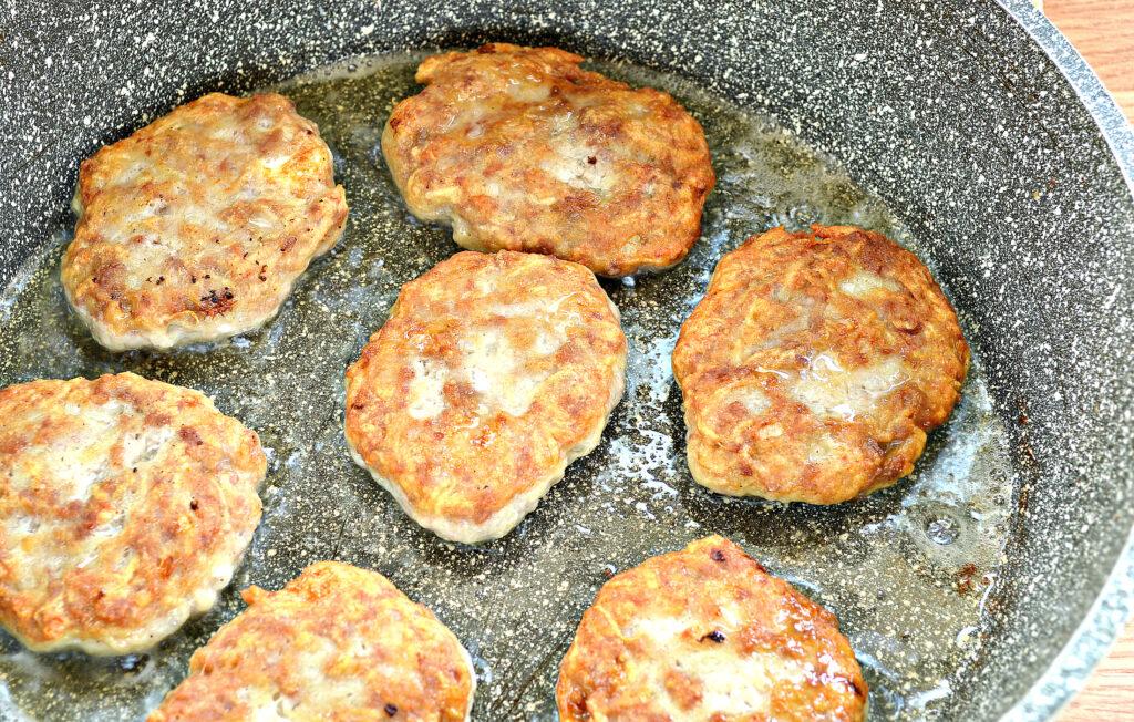 Фото рецепта - Нежные котлеты из свинины и картофеля - шаг 7