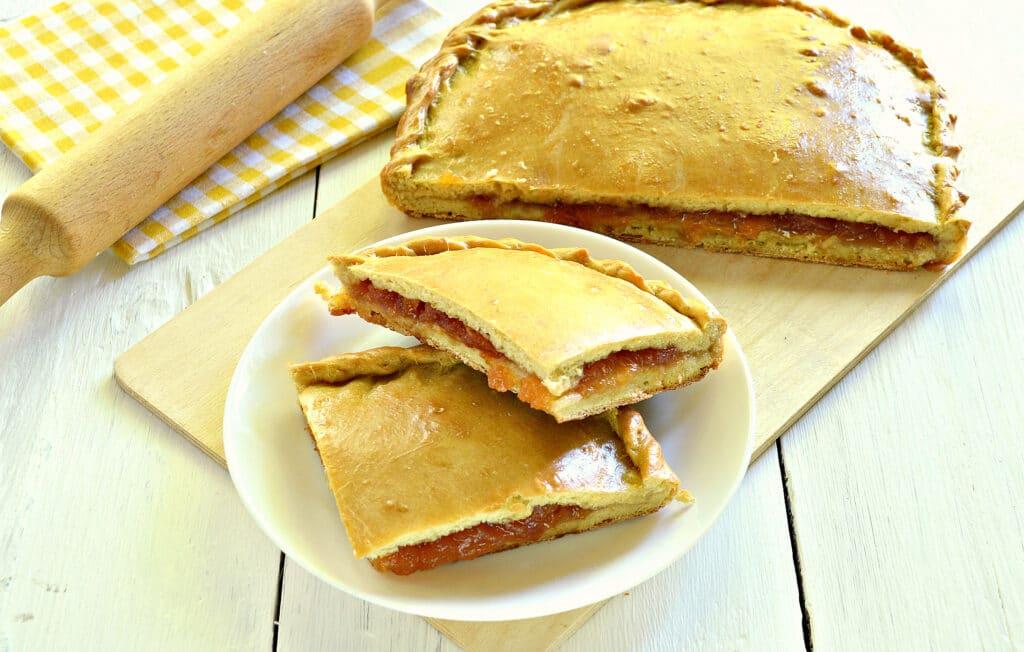 Фото рецепта - Быстрый пирог на кефире с вареньем - шаг 7