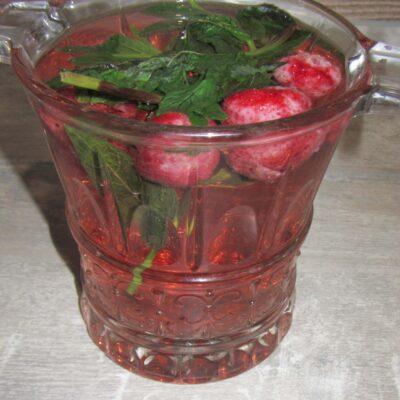 Освежающий напиток с мятой и клубникой - рецепт с фото