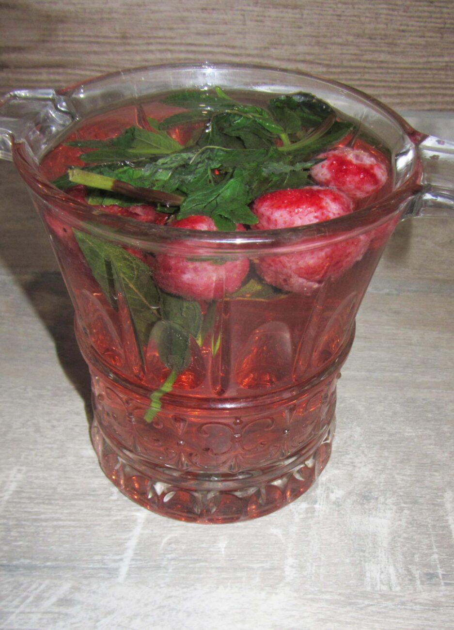 Освежающий напиток с мятой и клубникой