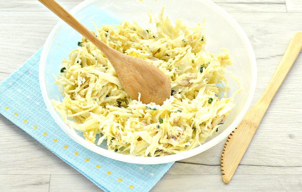 Фото рецепта - Куриный салат с сыром и капустой - шаг 7