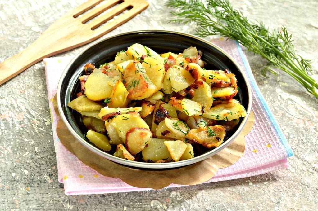 Фото рецепта - Картофель с беконом и грибами на сковороде - шаг 8