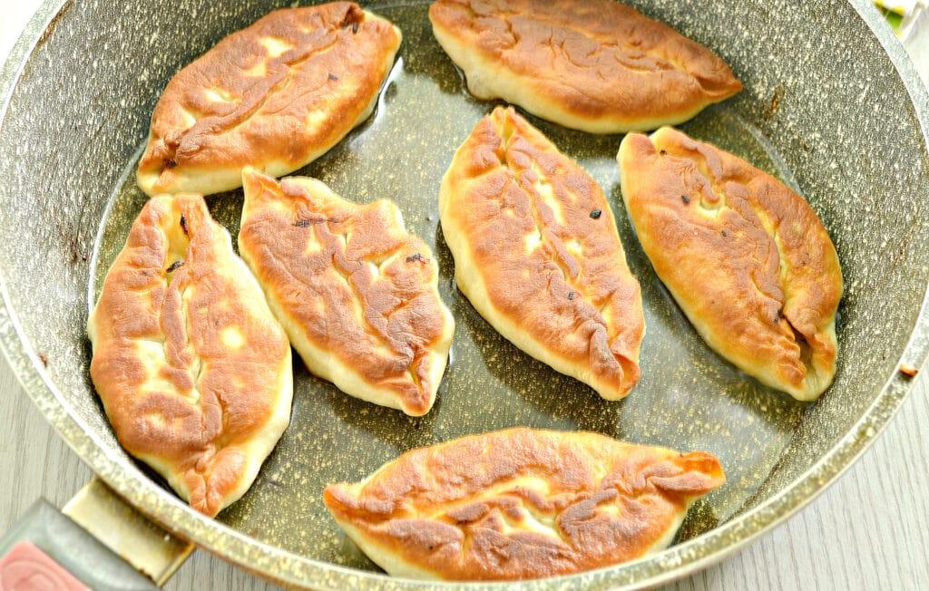 Фото рецепта - Пирожки с жареной капустой и зеленью - шаг 8