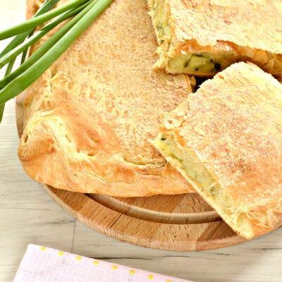 Слоеный бездрожжевой пирог с картошкой и зеленым луком - рецепт с фото