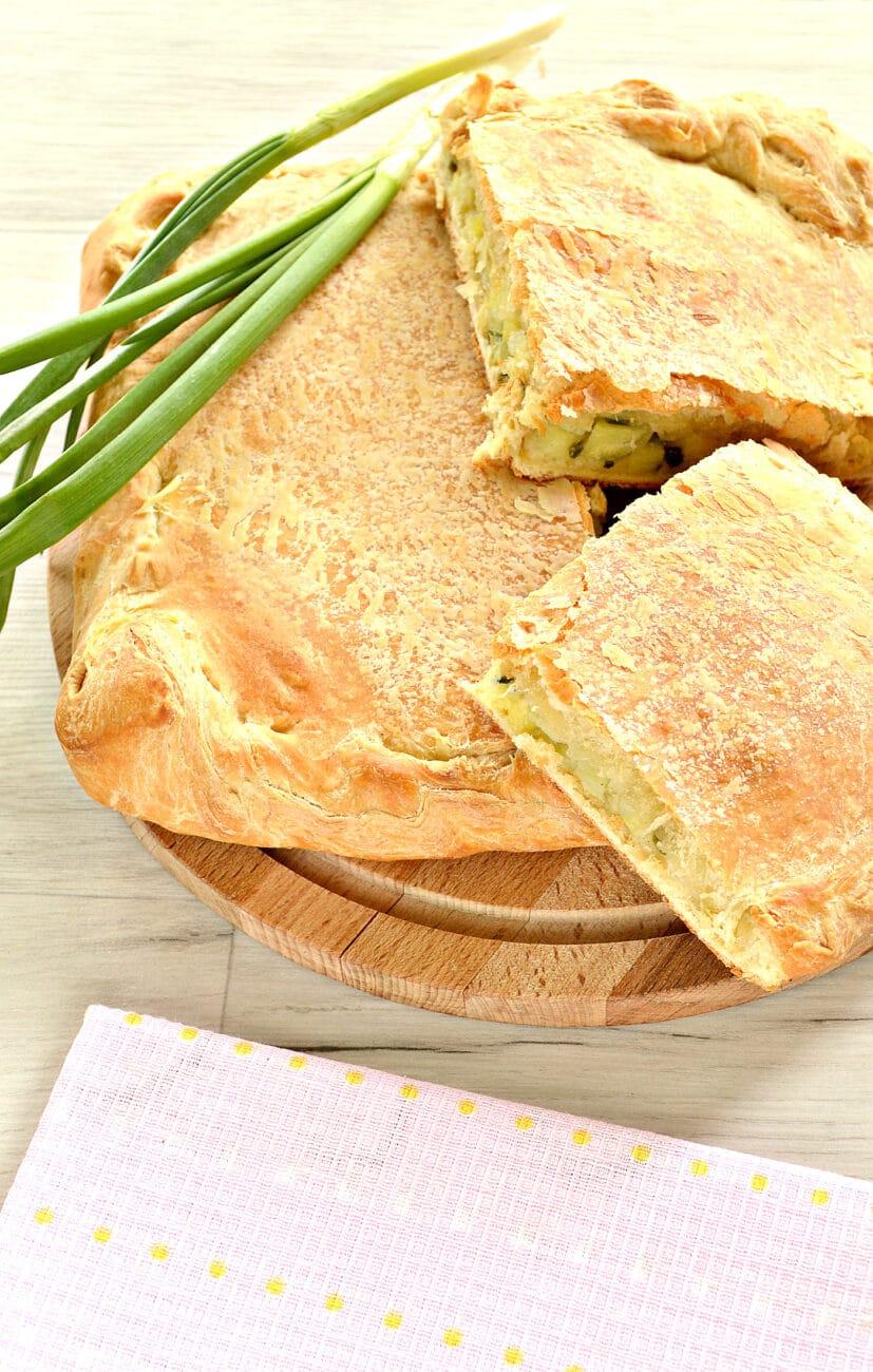 Слоеный бездрожжевой пирог с картошкой и зеленым луком