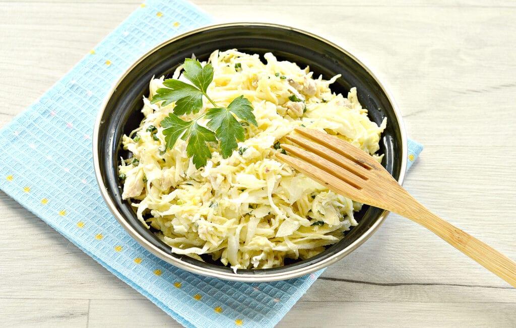 Фото рецепта - Куриный салат с сыром и капустой - шаг 8