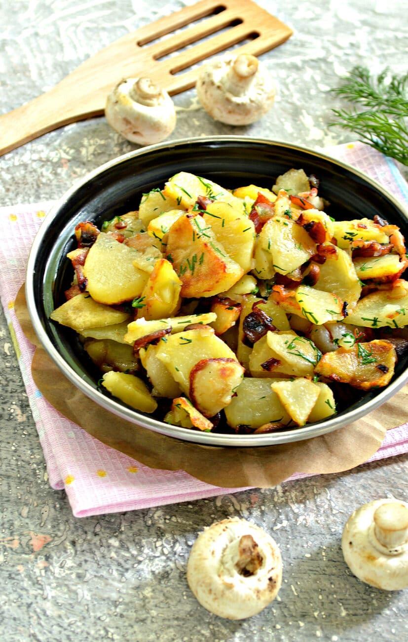 Картофель с беконом и грибами на сковороде