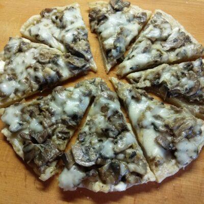 Пицца с шампиньонами - рецепт с фото