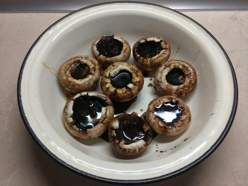 Фото рецепта - Шампиньоны, маринованные в соевом соусе с чесноком и пряностями - шаг 3