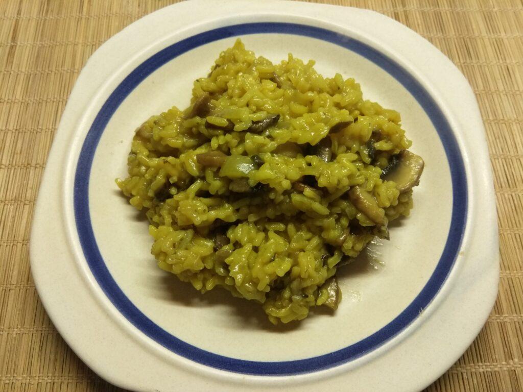 Фото рецепта - Рис с луком и шампиньонами в сковороде - шаг 5