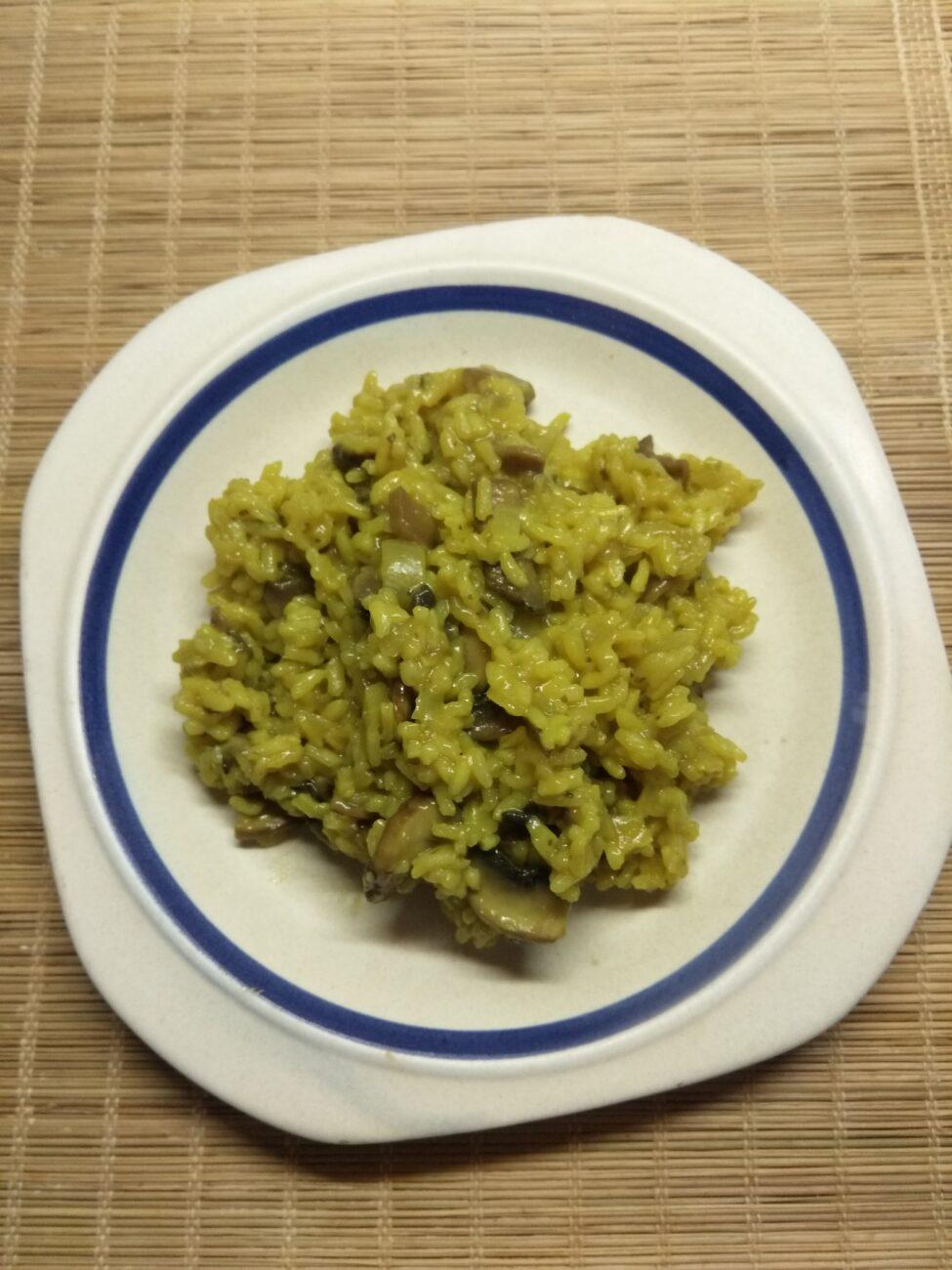 Рис с луком и шампиньонами в сковороде