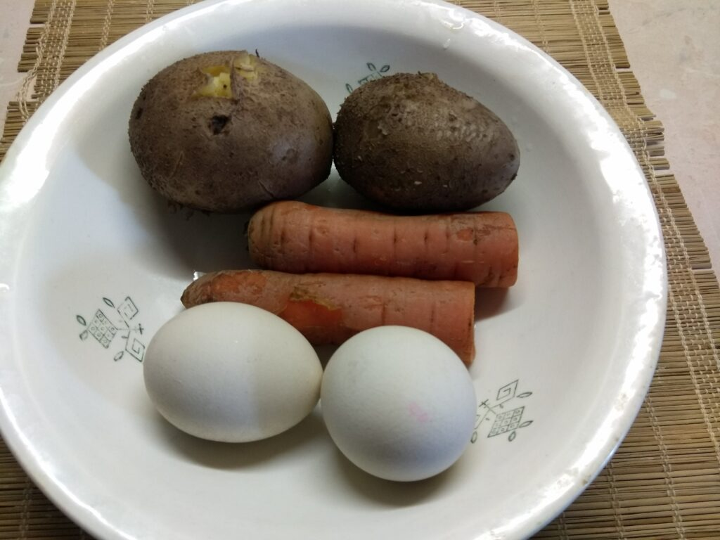 Фото рецепта - Салат в баварском стиле из овощей и колбаски - шаг 3