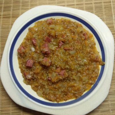Пшеничная каша с колбаской - рецепт с фото