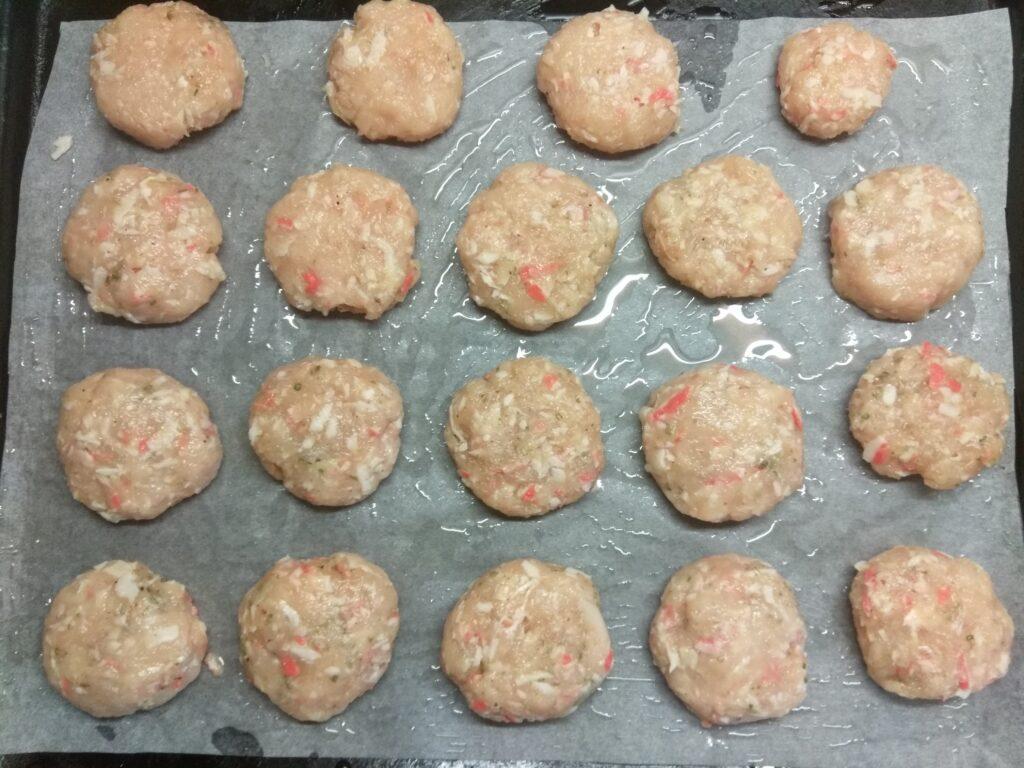 Фото рецепта - Куриные котлеты с крабовыми палочками (в духовке) - шаг 5
