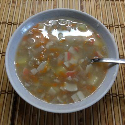 Фото рецепта - Суп без мяса с перловой крупой и крабовыми палочками - шаг 6