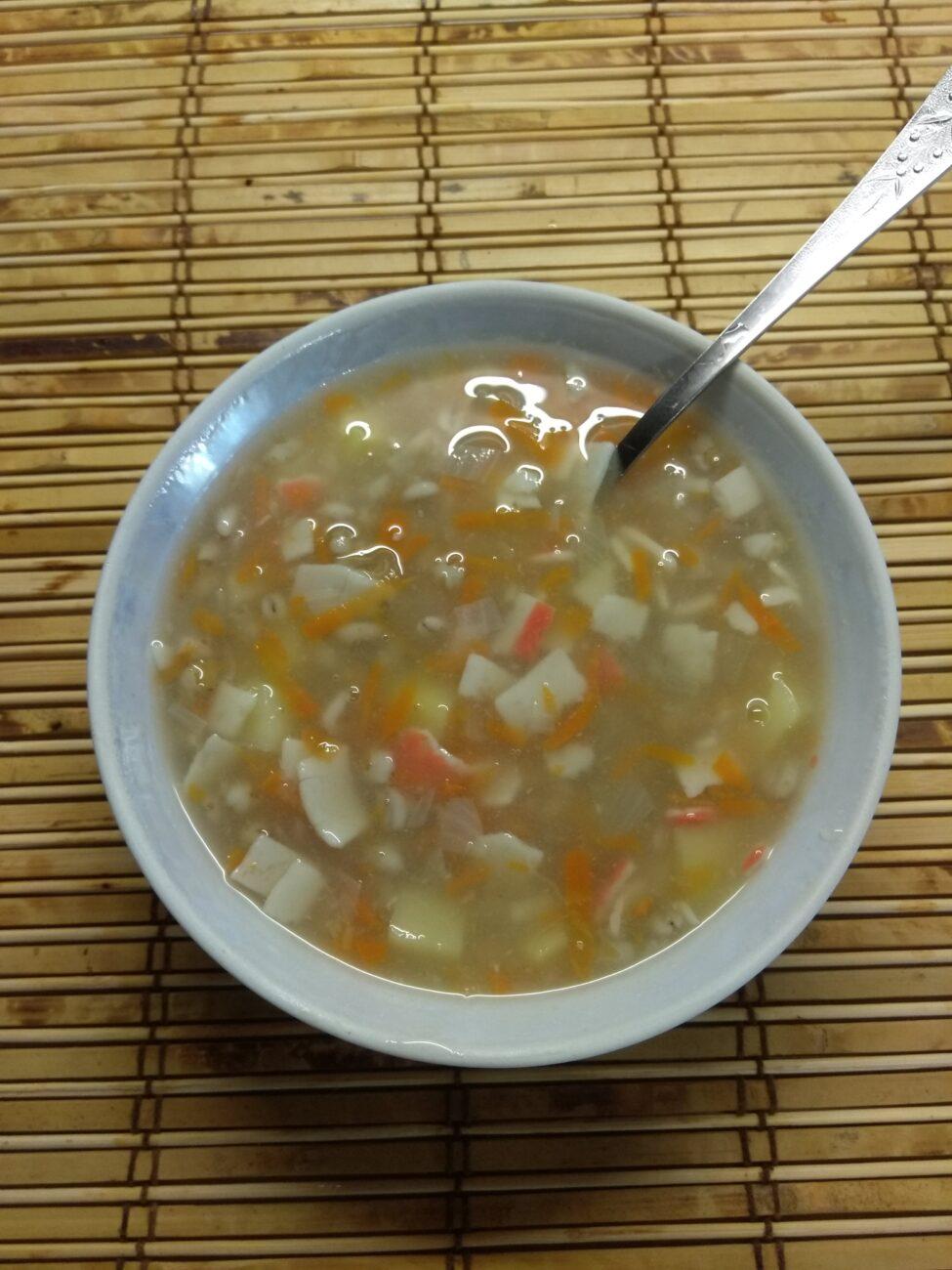 Суп без мяса с перловой крупой и крабовыми палочками