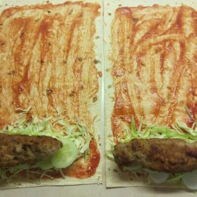 Фото рецепта - Шаурма со свиными котлетами, редисом, огурцами и молодой капустой - шаг 5