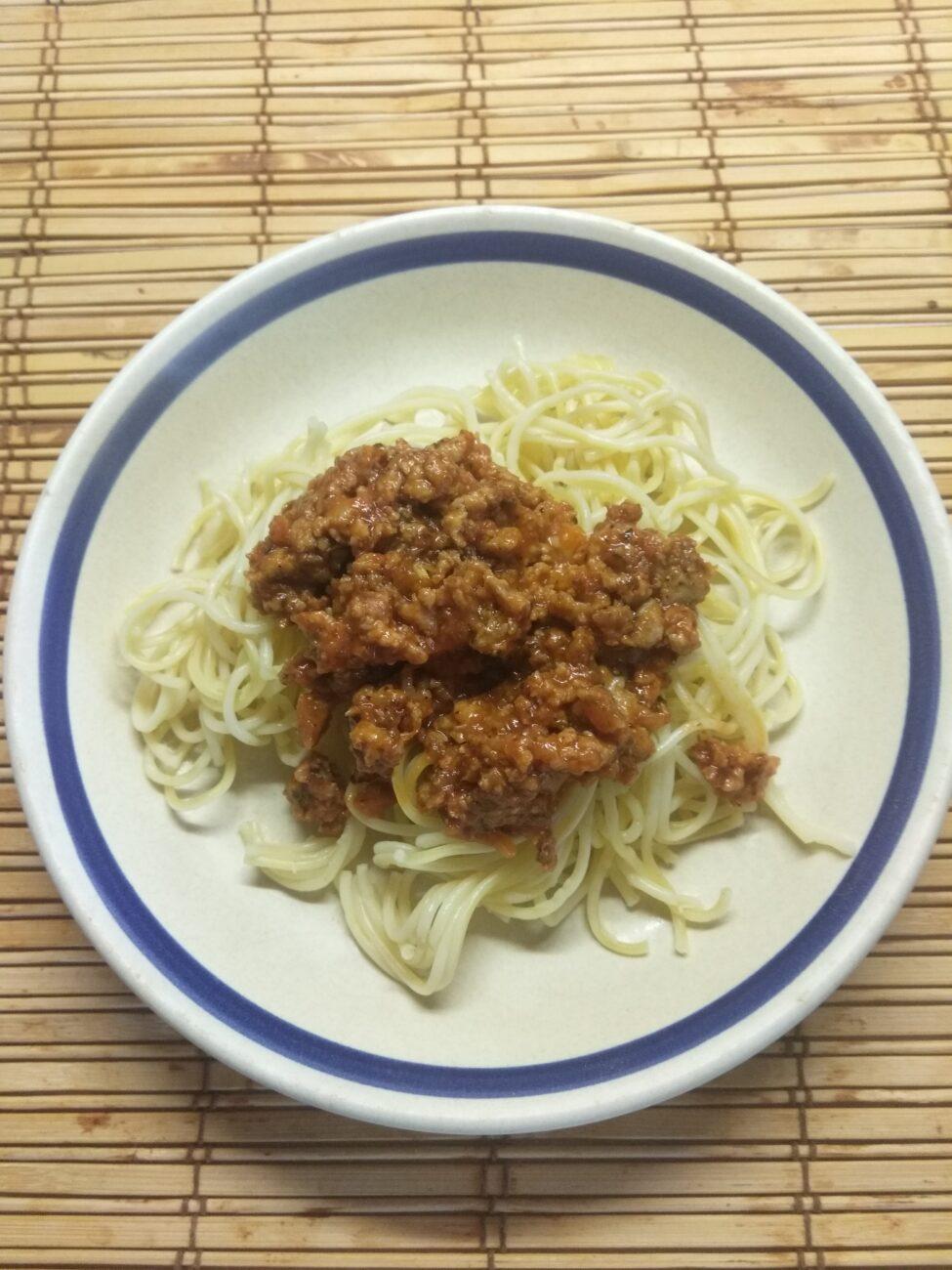 Спагетти под томатно-мясным соусом