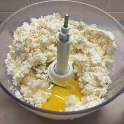 Фото рецепта - Творожная запеканка с бананами - шаг 2