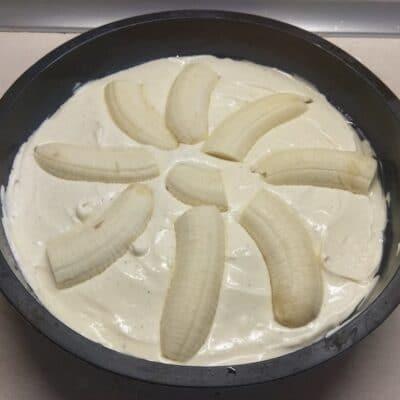 Фото рецепта - Творожная запеканка с бананами - шаг 4