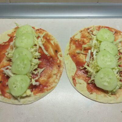 Фото рецепта - Такос с салями и свежими овощами - шаг 3
