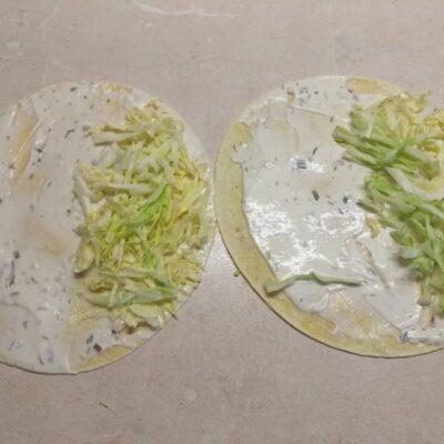 Фото рецепта - Такос с куриными бедрами и свежими овощами - шаг 2