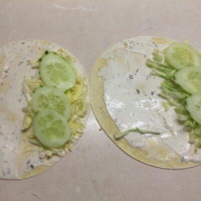 Фото рецепта - Такос с куриными бедрами и свежими овощами - шаг 3