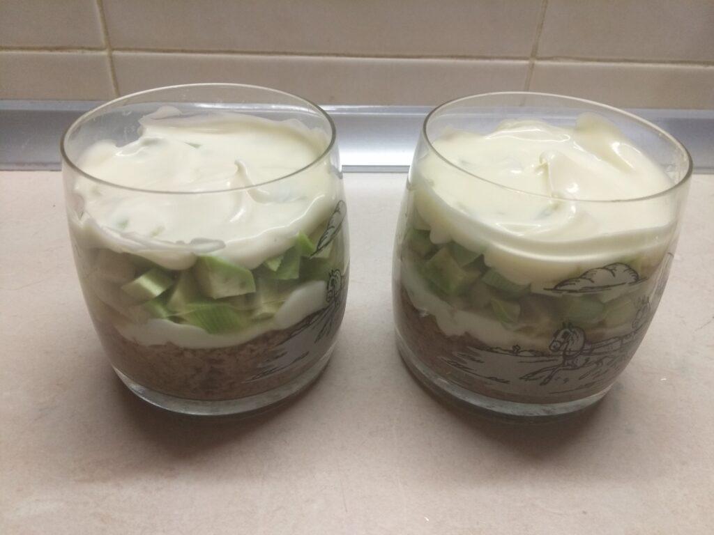 Фото рецепта - Слоеный салат из тунца, авокадо и маринованных шампиньонов - шаг 4