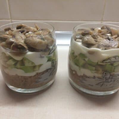 Фото рецепта - Слоеный салат из тунца, авокадо и маринованных шампиньонов - шаг 5