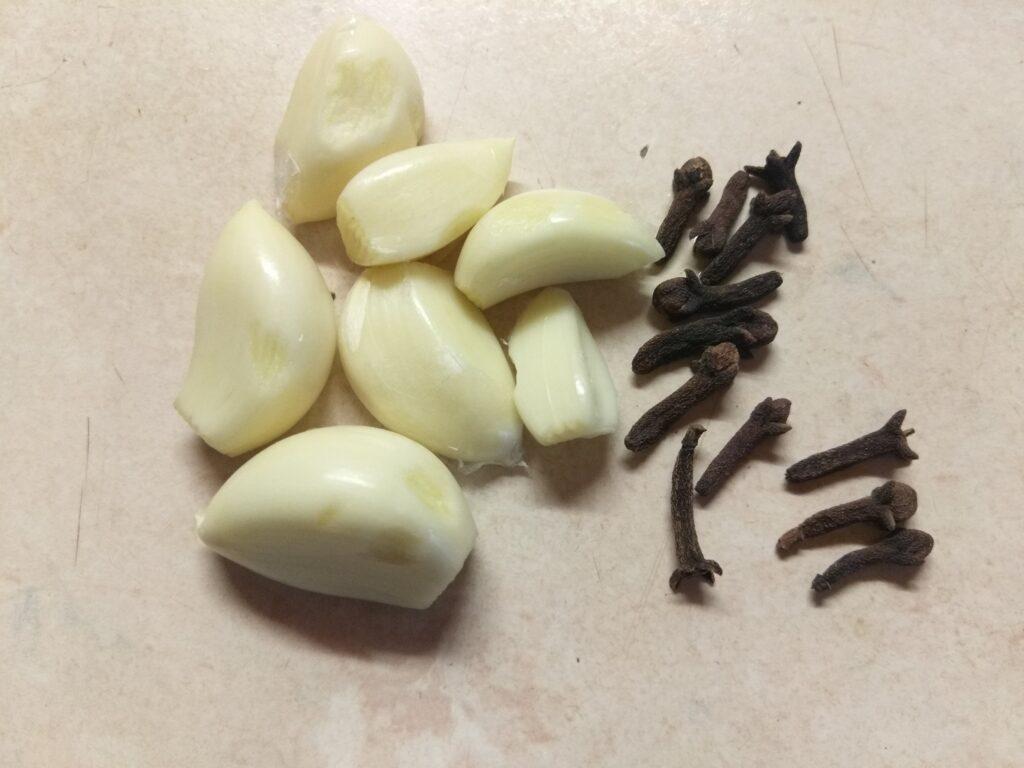 Фото рецепта - Свиная грудинка, запеченная с чесноком, пряностями и майонезом - шаг 2