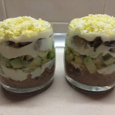 Фото рецепта - Слоеный салат из тунца, авокадо и маринованных шампиньонов - шаг 6