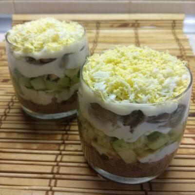 Слоеный салат из тунца, авокадо и маринованных шампиньонов - рецепт с фото