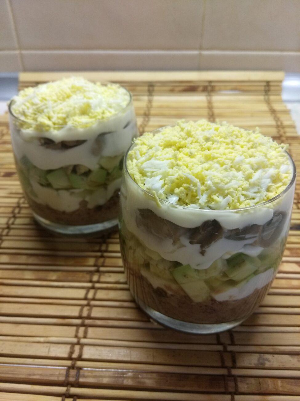 Слоеный салат из тунца, авокадо и маринованных шампиньонов